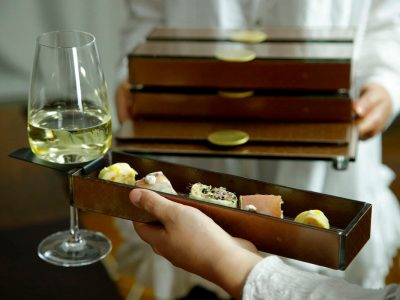 Appetizer plates with wine glass holder - A lunchbox design for receptions